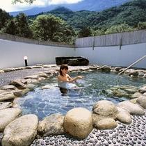 白洲を配した露天風呂。夏は新緑が美しい