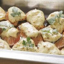 【秋鮭のタルタル焼き】旬の秋鮭を老若男女に愛されるタルタルソースで焼き上げました。
