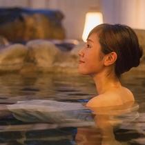夜の静けさの中、満点の星空と上質な露天風呂を堪能。