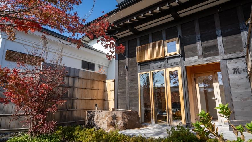 【KURA03】1階正面にはプライベートガーデンが広がり、蔵王石の巨石をくり抜いた専用露天風呂付き