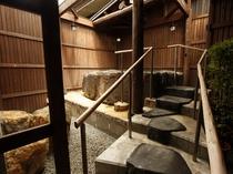 【大浴場/女性露天風呂】リニューアル前の蔵王大岩露天風呂を活かし、瀧波の歴史を次代につなげた湯船