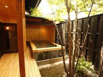 【大浴場/男性露天風呂】開湯920余年を誇る効能豊かな赤湯温泉を源泉かけ流しでのんびり楽しむ