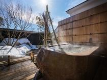 【KURA03】1階がリビング、2階がベッドルーム。蔵王石の露天風呂から客室専用庭を眺めるお部屋
