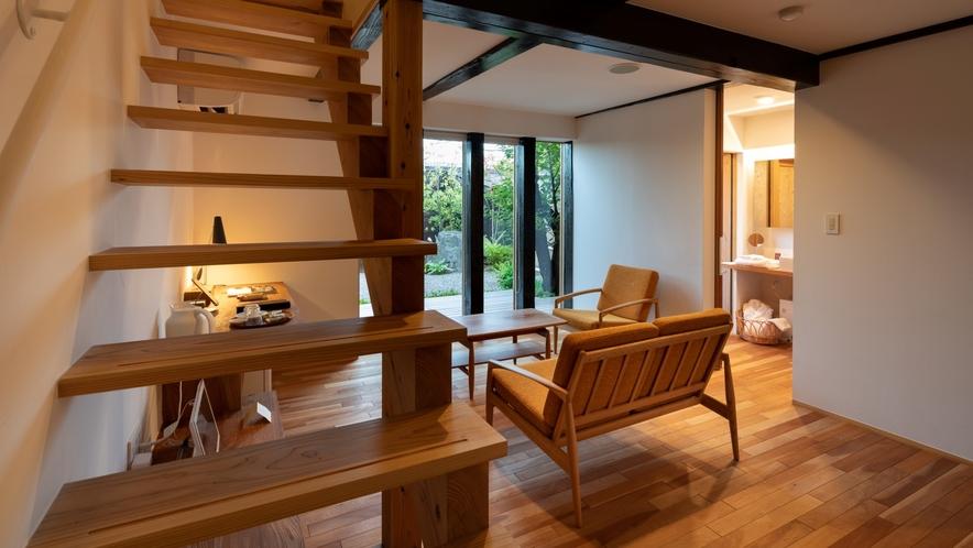 【KURA04】板蔵をリノベーション。1階がリビング、2階がベッドルームのメゾネットタイプの客室