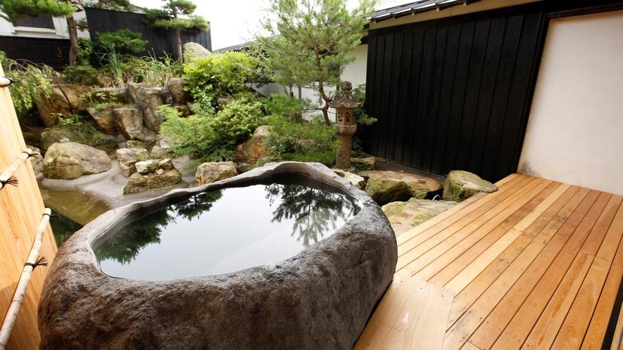【SAKURA01】庭園には随所に桜が植えられ、蔵王石の巨石をくり抜いた露天風呂付