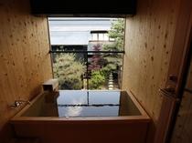【KURA06】露天風呂はヒノキ風呂。柔らかな木の感触とほのかな硫黄の香りのマッチングを