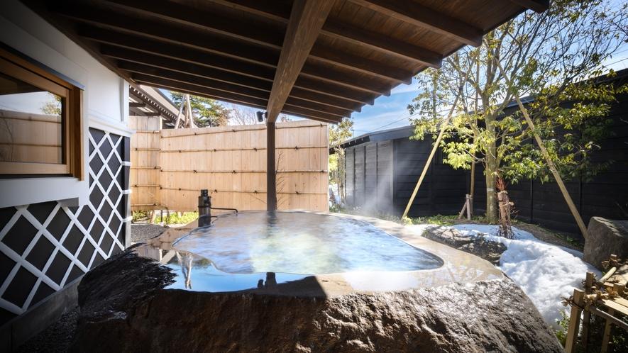 1階客室には蔵王石の巨石をくり抜いた露天風呂付き※KURA02露天風呂