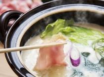 【夕食例】豆乳鍋例。まろやかなスープで楽しむ新鮮な野菜と肉の旨味を