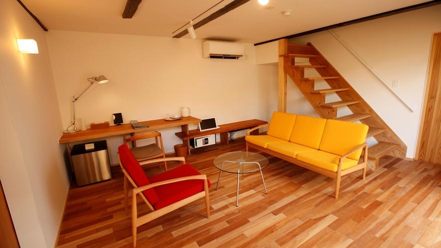 【KURA02】白壁の米蔵をリノベーション。1階がリビング、2階がベッドルームのメゾネットタイプ