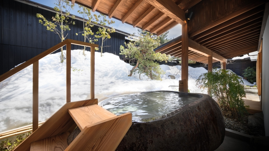 【KURA01】庭に面して蔵王石の巨石をくり抜いた露天風呂が設えられた客室