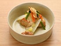 【夕食例】随所に季節ならではの演出を添える料理達が目を楽しませる