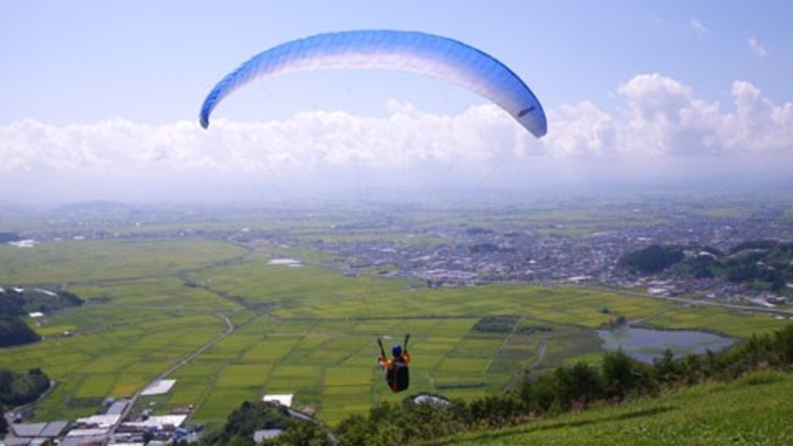 十分一山は世界的な競技大会も行われるほどパラグライダーの好適地
