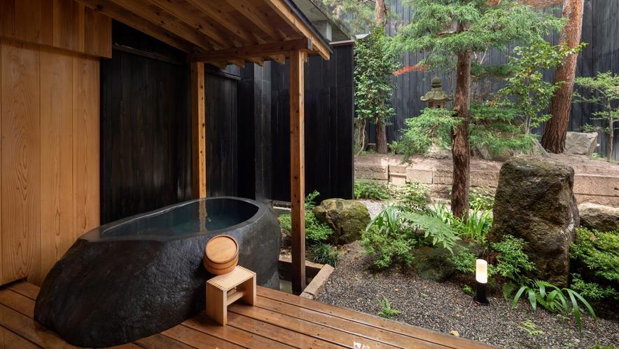 【YAMAGATA02】庭には蔵王石をくり抜いた露天風呂。小さな庭を愛でながら赤湯温泉をかけ流しで