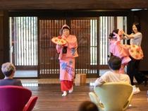 【花笠】ご到着のおもてなしに、スタッフによる「花笠踊り」をご披露。スタッフはほぼ全員が県内出身者