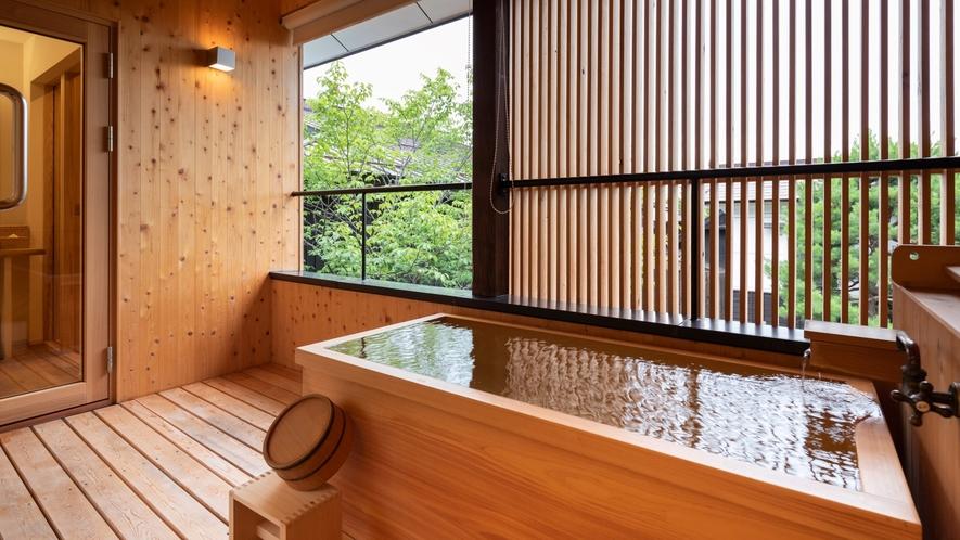 "【SAKURA05】2階の露天風呂はヒノキ。木肌の優しさとほのかな硫黄の香りを""自分湯""で満喫"