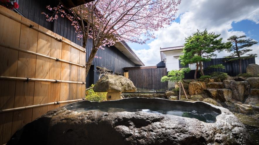 【SAKURA02】貴重な蔵王石の巨石をくり抜いた露天風呂、春は桜を眺めるお部屋