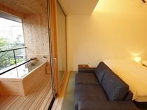 【SAKURA06】テラスに設置されたヒノキ露天風呂の真正面に桜の大木が迫り、夏には緑を、秋には紅葉