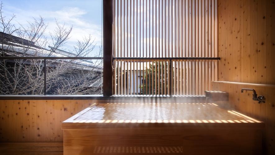 【SAKURA05】2階の露天風呂はヒノキ。雪景色を眺めながらあったまりの温泉で心も体もほぐれる