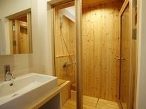 【YAMAGATA05】快適な洗面スペース。洗い場の奥はヒノキの露天風呂へ続く