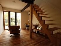 【KURA03】板蔵をリノベーション。1階がリビング、2階がベッドルームのメゾネットタイプの客室