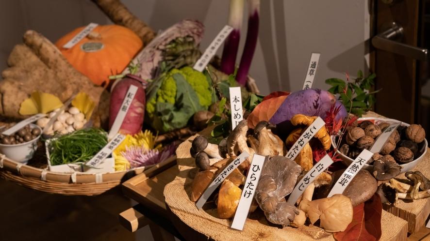 【夕食】秋には天然のきのこや野菜をご用意