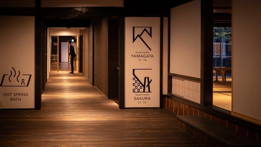 【廊下】一階廊下は山形県産杉材の浮造り。足裏に心地良い木の肌触りを楽しむ
