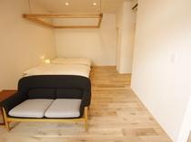 【YAMAGATA03】リビングルームのソファは、1985年に発表された剣持勇の名作ソファ「Cent