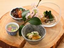 """【夕食例】""""季節の料理""""や""""今月の味""""というのはありません。刻々と変わる日々の香り・旬の食材が主役"""
