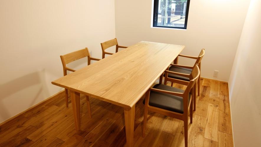【個室会食場】お食事は「個室会食場」または「カウンター」で