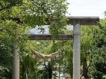 烏帽子山八幡宮の「日本一大きな継目がない石造り大鳥居」