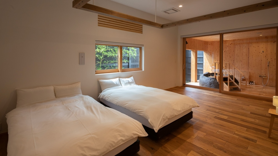 【YAMAGATA01】広めの空間に山形ならではのこだわりの家具をご用意。足裏の木のぬくもりも心地良