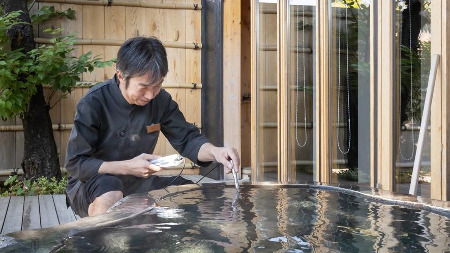 毎日湯守りが源泉からダイレクトに届く温泉を管理し、快適な十割源泉をご用意します