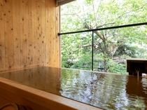 【KURA07】露天風呂はヒノキ。正面に中庭を望み、大きな桜の木を眺める