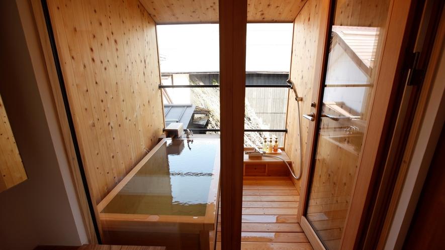 【KURA05】庭を見下ろすヒノキの露天風呂