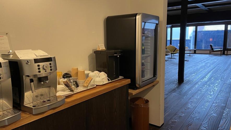 ラウンジにコーヒーやフリードリンクをご用意しております