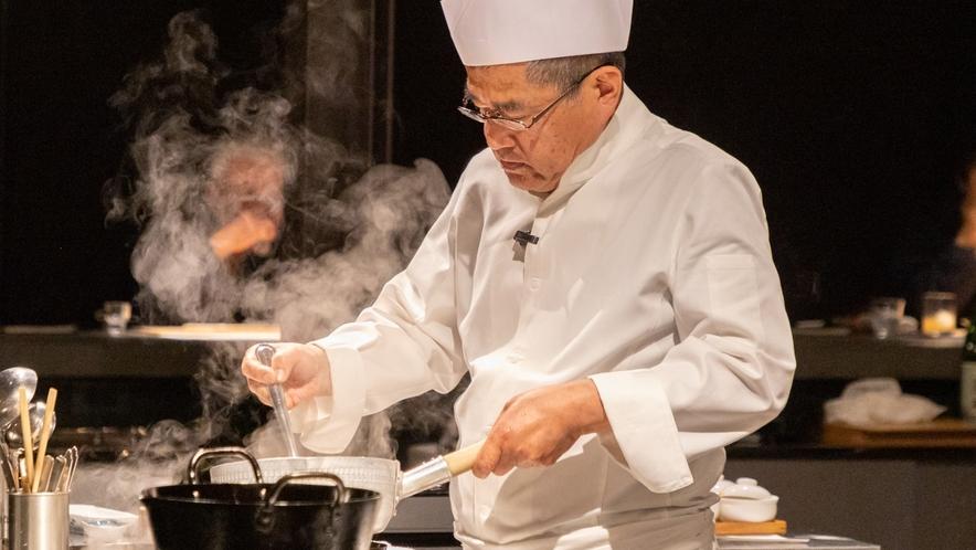 【夕食】料理長が腕を振るう夕食、オープンキッチンでライブ感を楽しんで