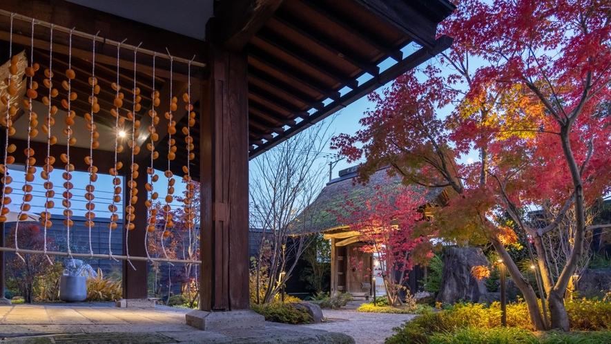 外観/秋の風景、玄関に干し柿をさげてお出迎え