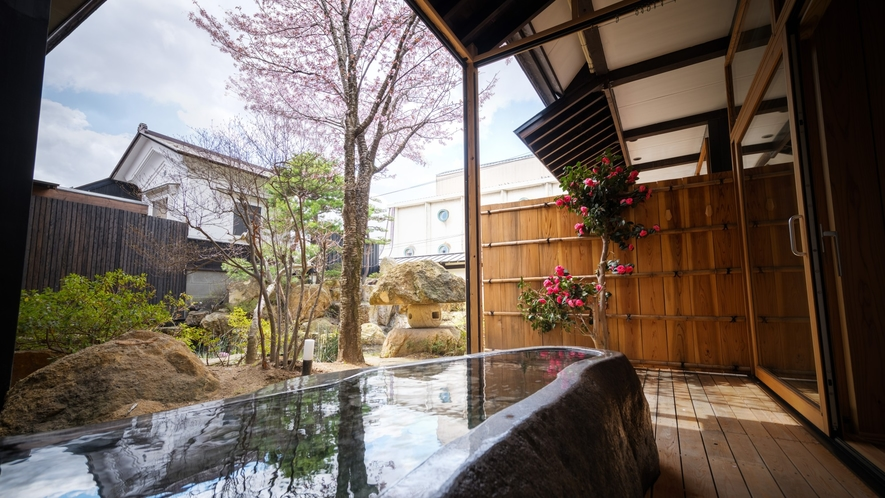 【SAKURA03】蔵王石をくり抜いた露天風呂