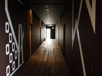 【館内】一階廊下は山形県産杉材の浮造り。足裏に心地良い木の肌触りを楽しむ