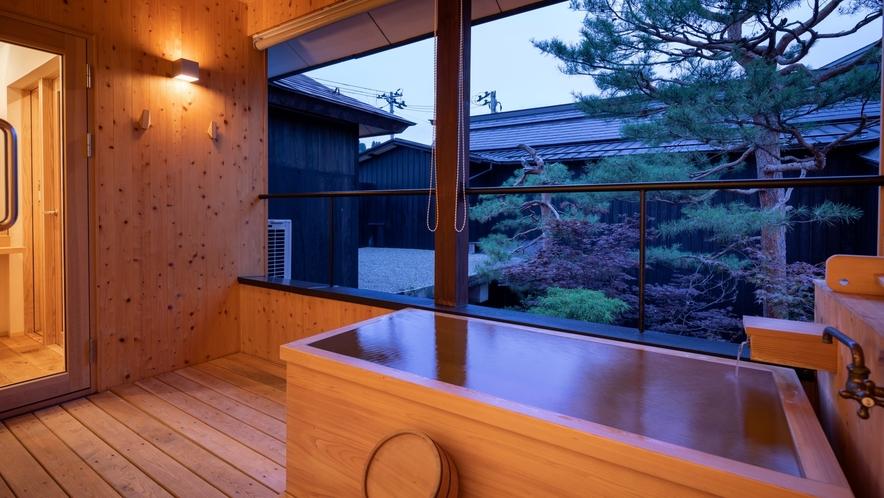 【YAMAGATA05】テラスにはヒノキ製の露天風呂付