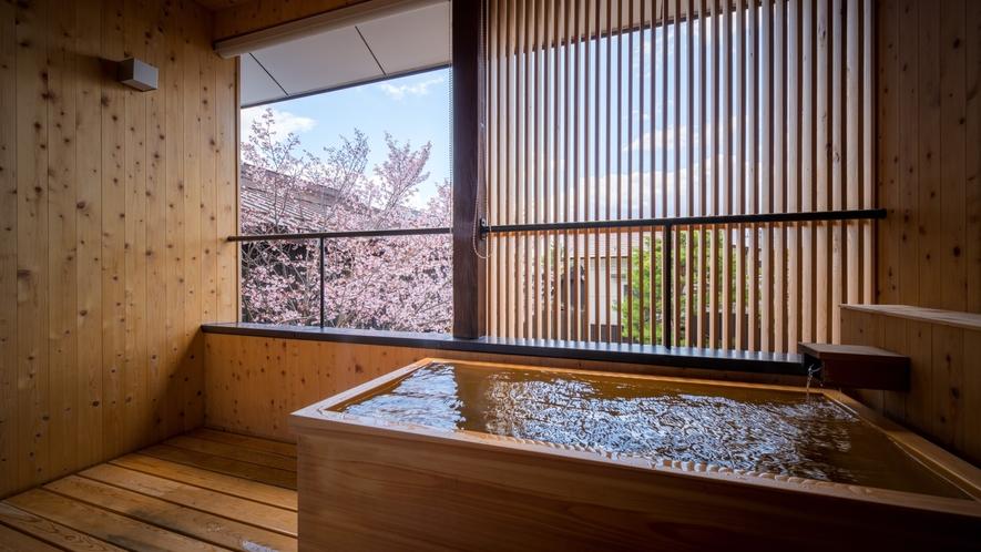 【SAKURA05】2階の露天風呂はヒノキ。春は桜を眺めるお部屋