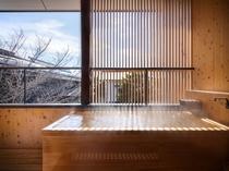 雪景色を眺める客室露天風呂/2階客室には温泉かけ流し檜の露天風呂をご用意