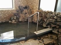 温泉に手すりを設置しております