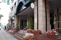 ホテル玄関(西から)