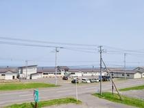 【周辺】海岸沿いに立つ味わいの宿。海はすぐそこです。