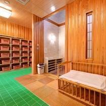 *大浴場(岩風呂)/ゆったり広々とした脱衣スペース。ベビーベットも完備いたしております。