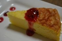 ローゼルソースのしっとりチーズケーキ