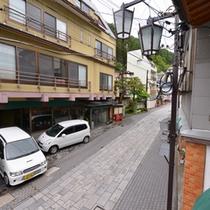 *お部屋からの景観/窓辺に腰かけて、渋温泉街を望みながら旅情に浸るひと時をお過ごし下さい。