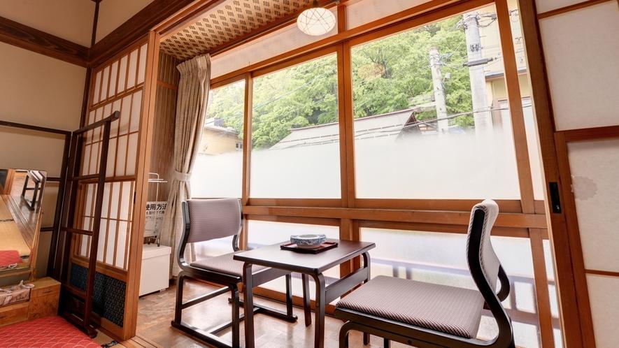 *和室12畳(客室一例)/窓辺の椅子に腰かけて、歴史深い湯けむり漂う渋温泉街を一望。