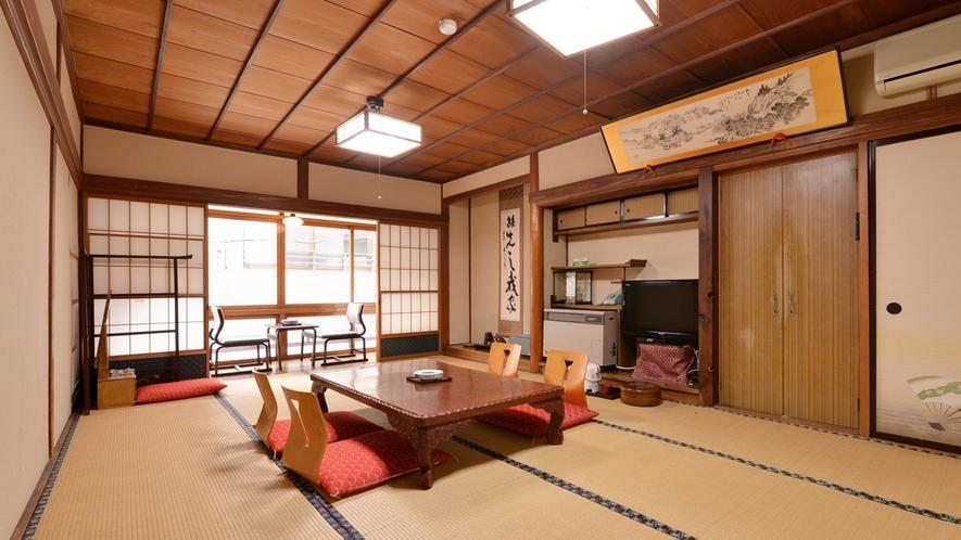 *和室12畳(客室一例)/各客室ごとに異なる梁や欄間も見どころ。純和風の設えに心安らぐひと時。
